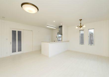 名古屋市中川区の注文住宅の白を基調にしたおしゃれな照明の付いたLDK