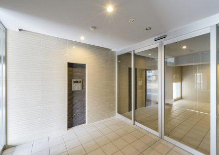 名古屋市瑞穂区の賃貸マンションのガラス戸がある明るいエントランスホール