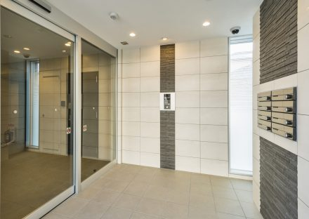 名古屋市名東区の賃貸マンションの大判タイルが使われた高級感あるエントランスホール写真