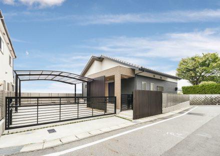 愛知県瀬戸市の平屋の新築注文住宅に門の付いたガレージのある外観デザイン