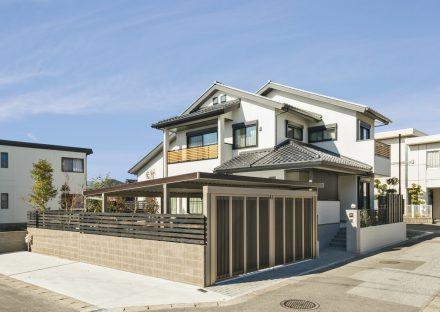 岐阜県大垣市のシャッター付きのガレージのある注文住宅の外観デザイン