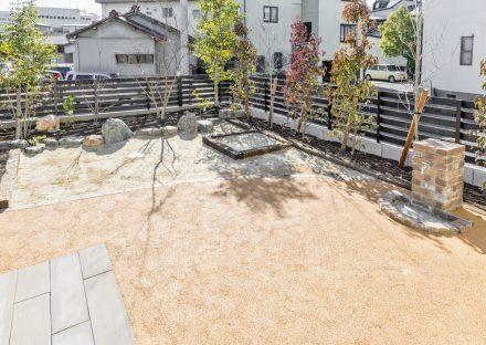 岐阜県大垣市の注文住宅の木と石のある庭の写真