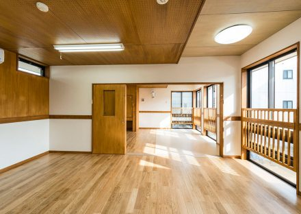 名古屋市千種区の保育施設の木目のきれいな部屋 2歳児室