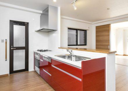 愛知県長久手市の賃貸併用住宅のオーナー宅:鮮やかな赤色のキッチン