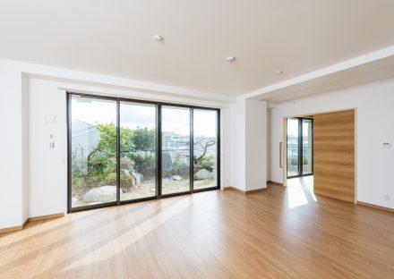 愛知県長久手市の賃貸併用住宅のオーナー宅:庭が見える明るいLDK