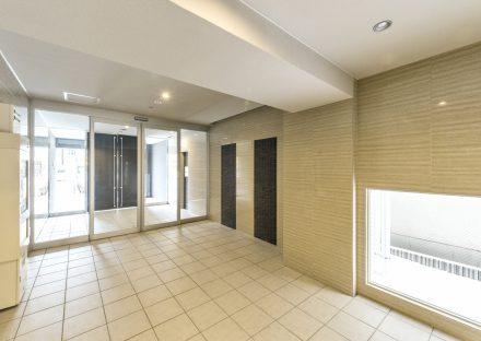 名古屋市瑞穂区の賃貸マンションの地窓があり明るいエントランスホール
