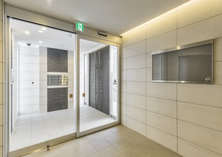 名古屋市名東区の賃貸マンションの自動ドアの付いたエントランスホール
