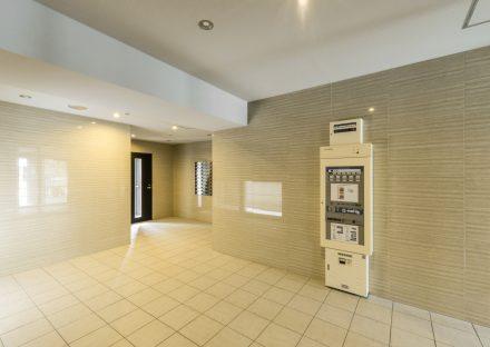 名古屋市瑞穂区の賃貸マンションのクリーム入りのエントランスホール