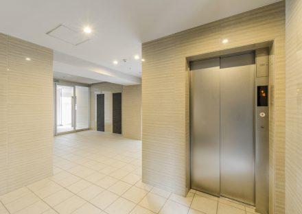 名古屋市瑞穂区の賃貸マンションのナチュラルカラーのエレベーターホール