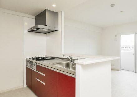 名古屋市名東区の賃貸マンションの白が基調のLDKに映える赤いオープンキッチン