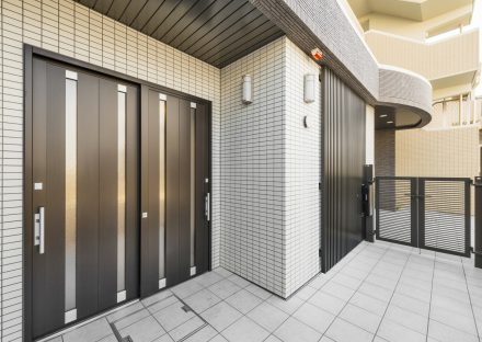 愛知県長久手市の賃貸併用住宅のオーナー宅:1階両開きの玄関