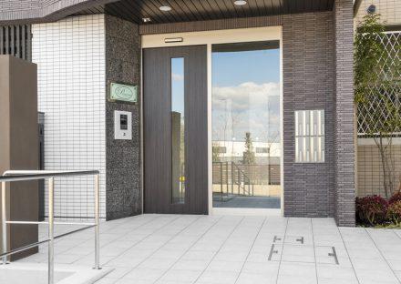 愛知県長久手市の賃貸マンションのオートロック&ポストボックスの付いたエントランス