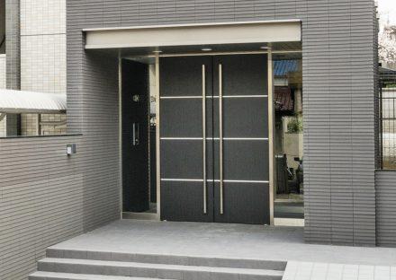 名古屋市名東区の賃貸マンションのダークな色合いが高級感を出すエントランス