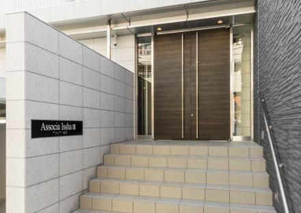 名古屋市名東区の賃貸マンションの階段の上の高級感あるエントランス