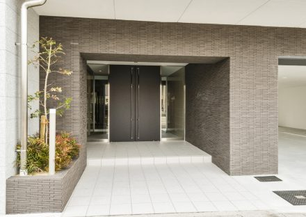 名古屋市瑞穂区の賃貸マンションの植栽のある高級感のあるエントランス