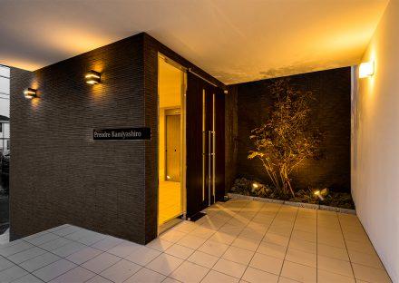 名古屋市名東区の賃貸マンションの木がライトアップされたエントランス