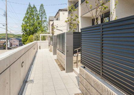 名古屋市天白区のメゾネット賃貸アパートの目隠しがある玄関アプローチ