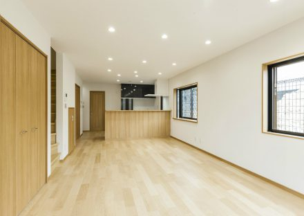 名古屋市天白区のメゾネット賃貸アパートの木目調の階段付きリビングダイニング