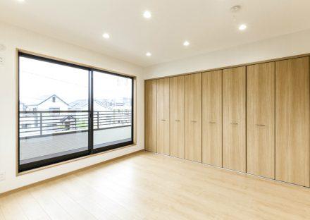 名古屋市天白区のメゾネット賃貸アパートのベランダのある壁一面が収納の洋室