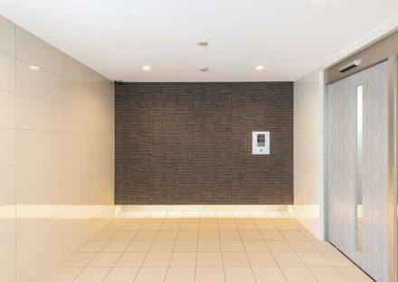 名古屋市名東区の賃貸マンションのシンプルで高級感のあるエントランスホール