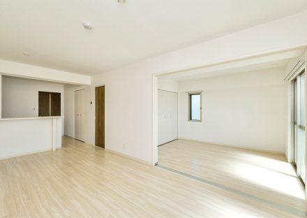 名古屋市名東区の賃貸マンションの洋室と合わせて使うことができるリビングダイニング
