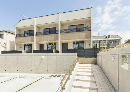 名古屋市天白区のメゾネット賃貸アパートのナチュラルカラーに目隠しパネルやドアの色がアクセントになった外観デザイン