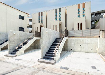名古屋市名東区の戸建賃貸住宅の外階段の横に駐車場