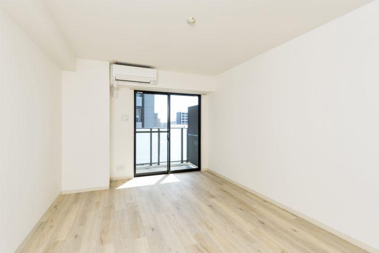 名古屋市中村区の賃貸マンションのエアコン付きのバルコニーにつながる洋室の写真