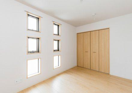 名古屋市名東区の戸建賃貸住宅の6つの窓が並ぶ洋室