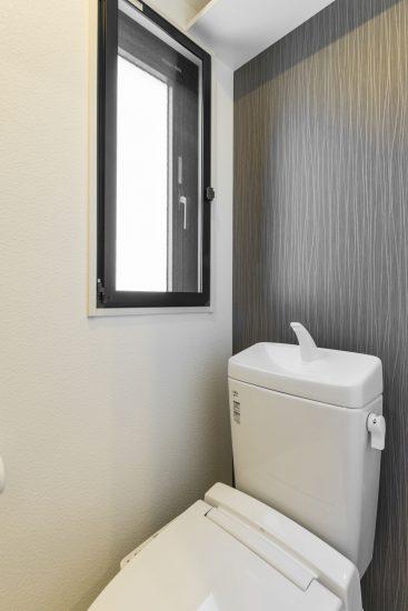 名古屋市中村区の賃貸マンションのモダンなデザインの窓付きのトイレ