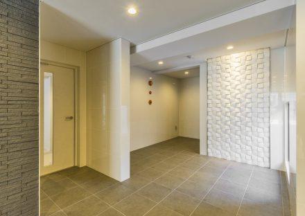 名古屋市中村区の賃貸マンションの模様の入った白い壁があるエントランスホール