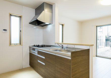 名古屋市名東区の戸建賃貸住宅の窓が近くにあり明るいオープンキッチン