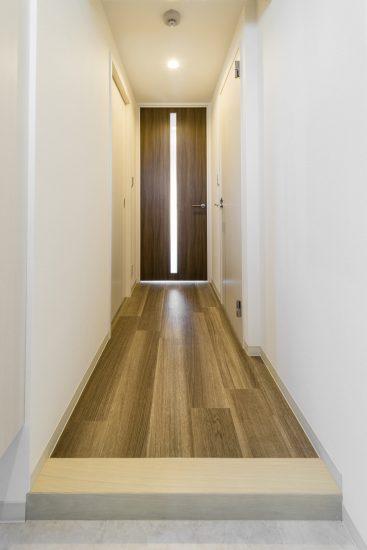 名古屋市中村区の賃貸マンションのドアのスリットから光が入る玄関ホール