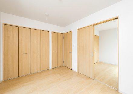 名古屋市名東区の戸建賃貸住宅のナチュラルテイストな収納付き洋室
