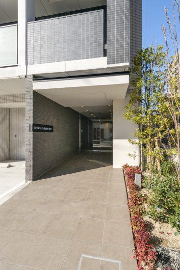 名古屋市中村区の賃貸マンションの植栽があり高級感のあるエントランス