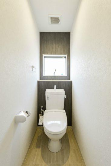名古屋市北区のメゾネット賃貸アパートのアクセントクロスが1面にあり、おしゃれな窓付きトイレ