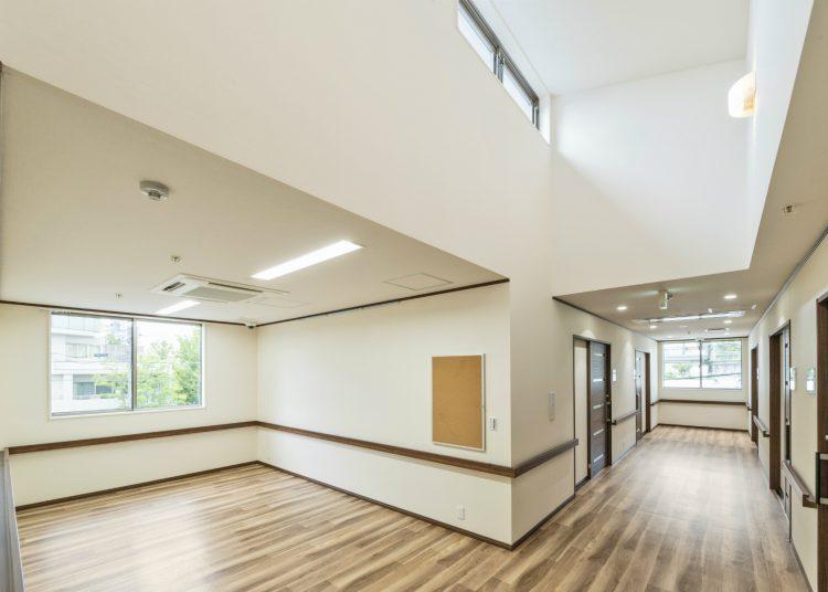 名古屋市名東区の介護施設の天井の高い2F談話室と廊下