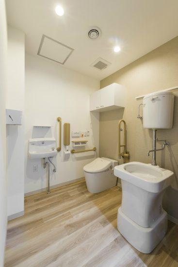 名古屋市名東区の介護施設の手洗い場の付いた多目的トイレ