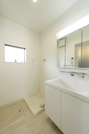 名古屋市北区のメゾネット賃貸アパートの白を基調とした窓付き洗面室