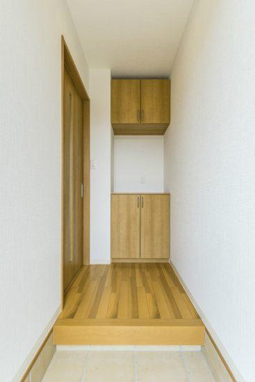 名古屋市北区のメゾネット賃貸アパートのナチュラルカラーのシンプルなデザインの玄関ホール