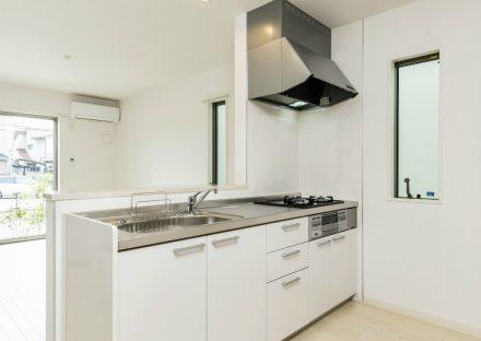 名古屋市北区のメゾネット賃貸アパートの白を基調とした明るいオープンキッチン