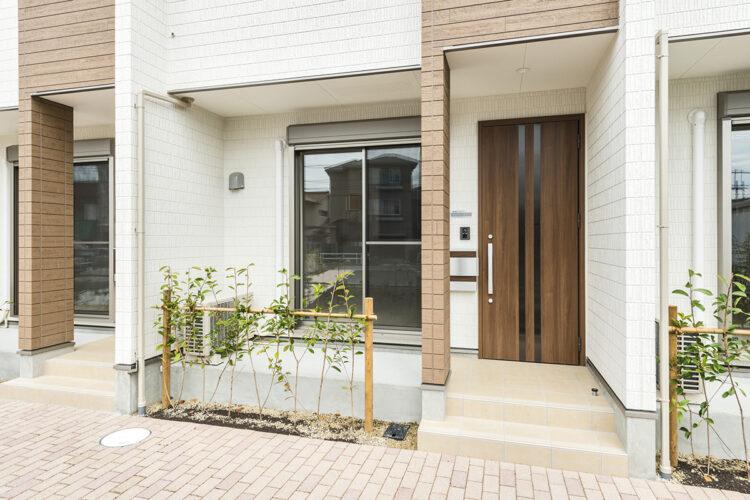 名古屋市北区のメゾネット賃貸の植栽のあるおしゃれな玄関