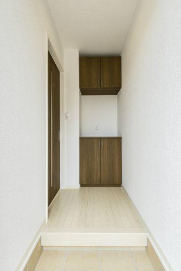 名古屋市北区のメゾネット賃貸アパートの飾り棚付きの玄関ホール