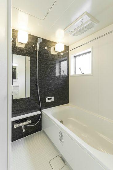 名古屋市北区のメゾネット賃貸アパートの黒っぽい大理石柄の壁のあるお風呂場