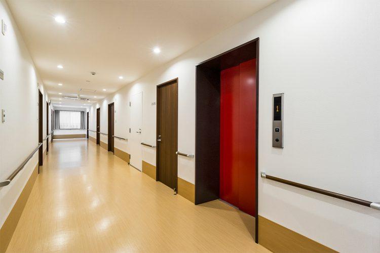名古屋市守山区の介護施設の扉が赤色のエレベーターホール