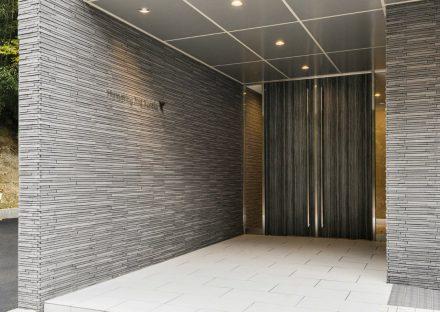 愛知県豊田市の賃貸マンションの凹凸のある外壁が高級感を出すエントランス