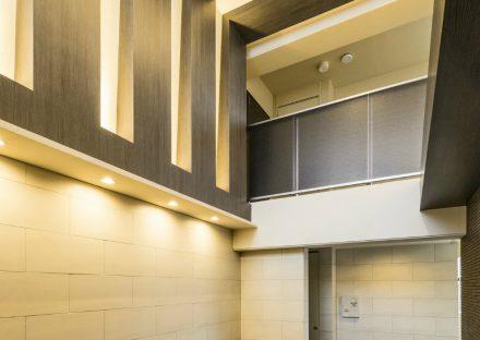 名古屋市西区の賃貸マンションの天井の高いエントランスホール