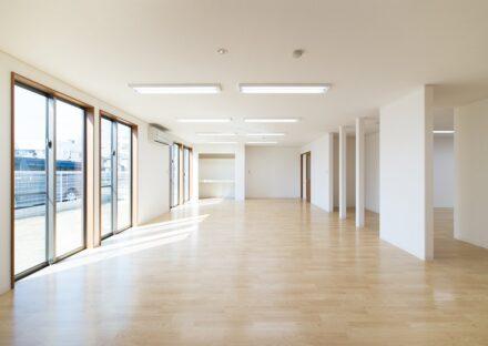 名古屋市北区の保育施設のシンプルなデザインの広い0~1歳児保育室