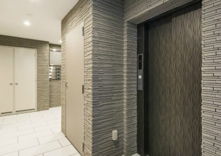 愛知県豊田市の賃貸マンションのダークな色合いで高級感あるエレベーターホール