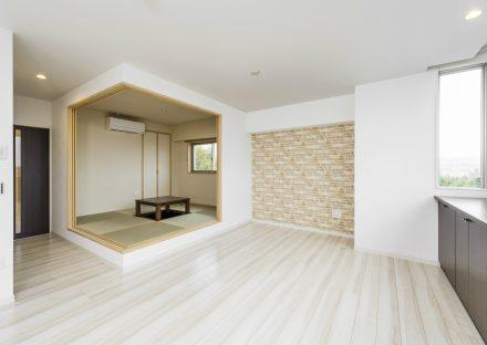 愛知県豊田市の賃貸併用住宅のオーナー住宅:リビングダイニングより一段高い和室